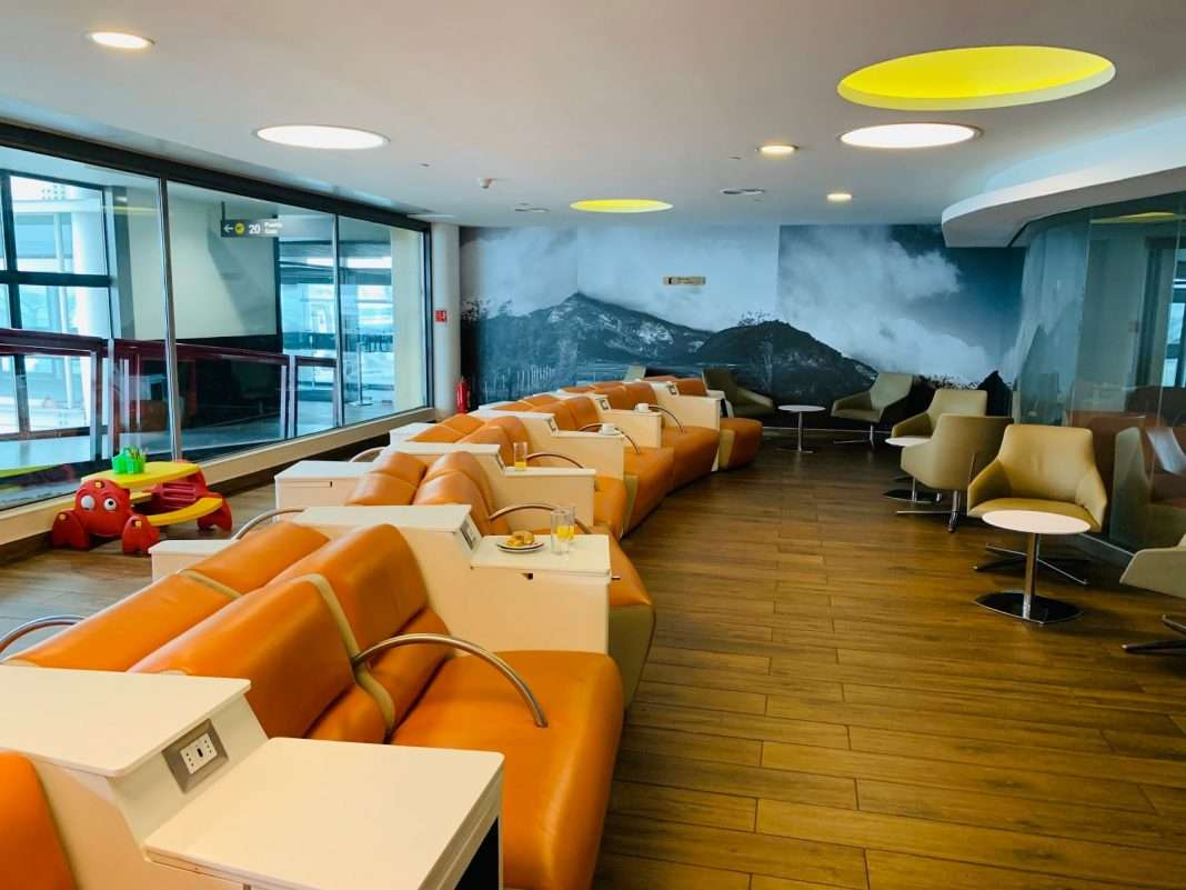 what credit cards that give you free priority pass lounges
